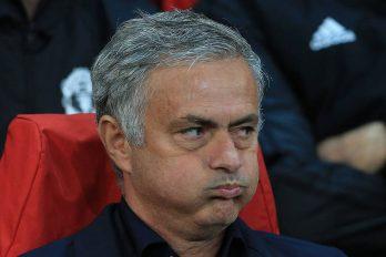 Manchester Uniteds Mourinho scheldend op het veld